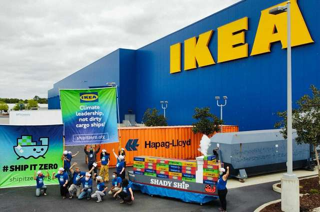 Demonstration in front of Ikea